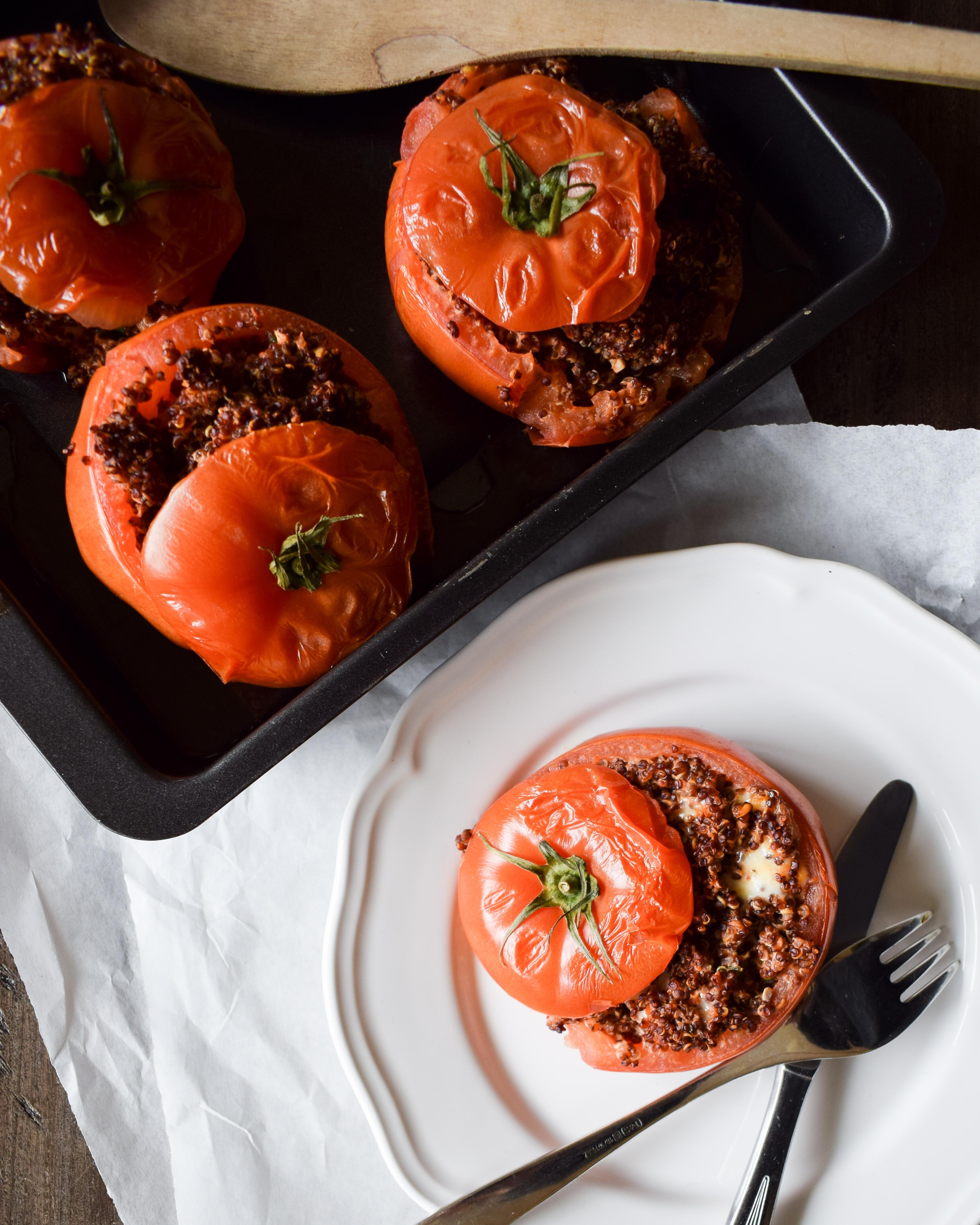 Gefüllte Tomaten mit rotem Quinoa