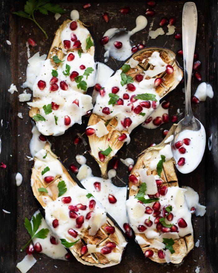 Gebackene Auberginen mit Joghurtsoße, Granatapfelund Parmesan