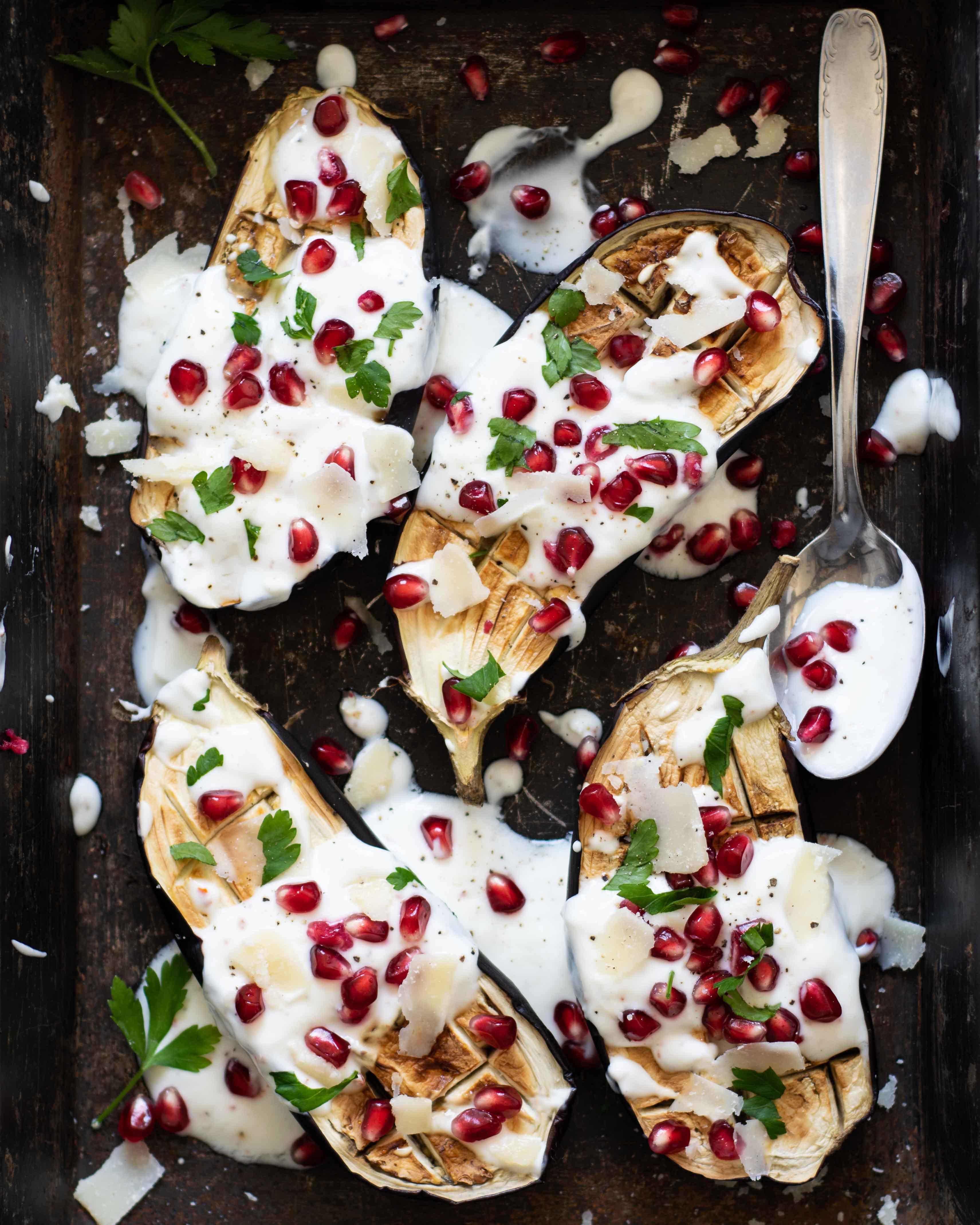 Gebackene Aubergine mit Joghurtsoße, Granatapfel und Parmesan
