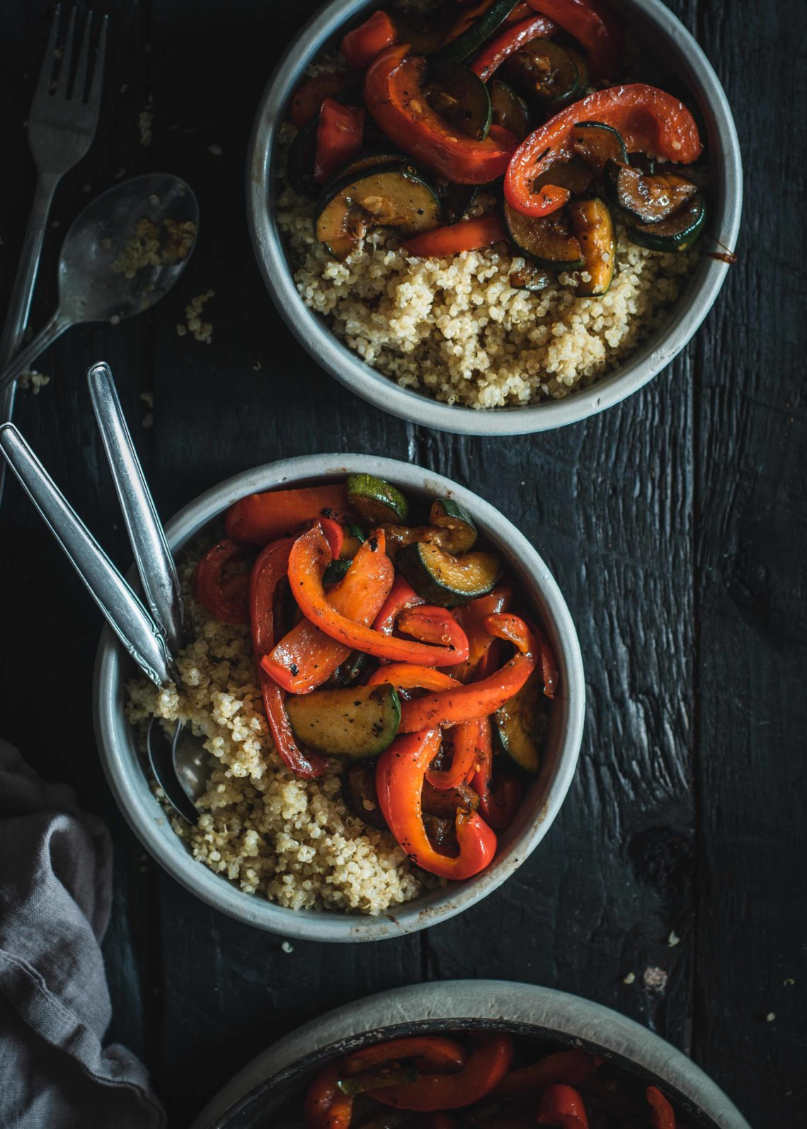 Veganes Quinoa mit Zucchini und Paprika